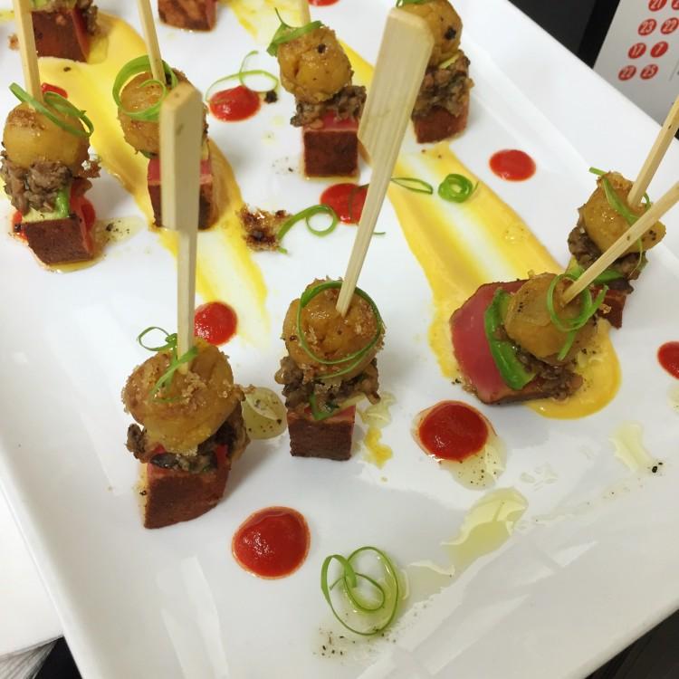Versión hors d'oeuvres de uno de los aperitivos favoritos de Cocina Abierta - Carpaccio de Amarillo Brulee con Tatake de Atún, setas shiitake, cebollines y aguacate.